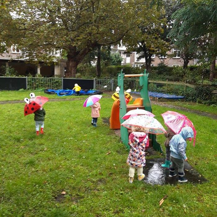 Lekker buitenspelen bij kinderopvang De Bosuiltjes in Den Haag